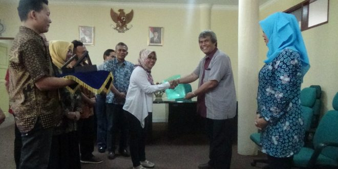 Tim Asesor BAN-PT Menyerah Dokumen Borang Prodi Agribisnis Setelah di Audit